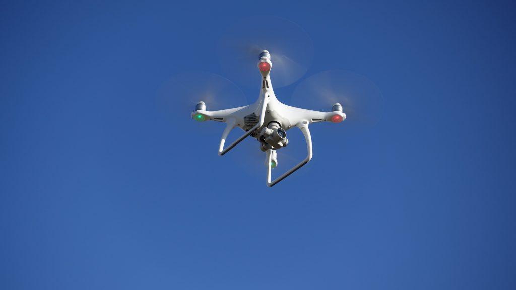 ドローン撮影 では、目視飛行が原則です